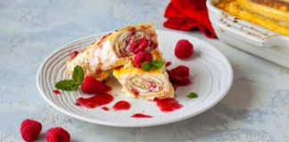 Запеченные блинчики с творогом и ягодами