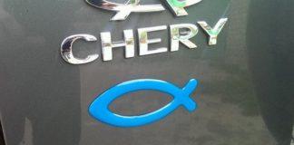 Что означает наклейка «рыбка», расположенная на задней части автомобиля