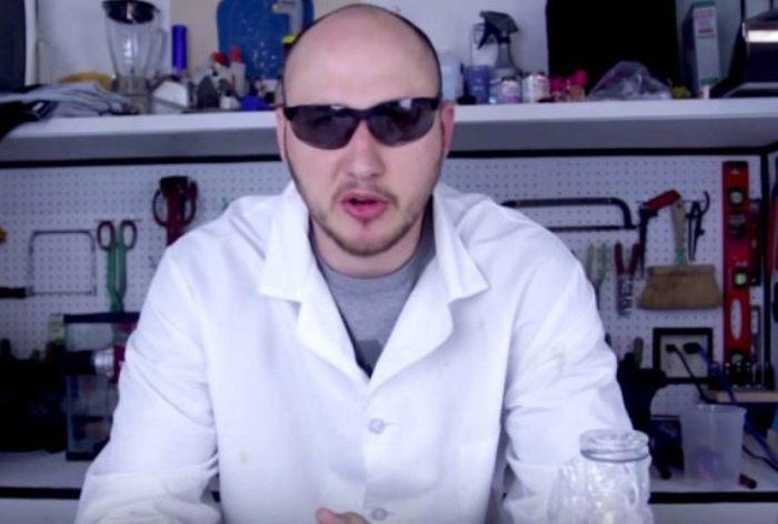 Русский блогер провел crazy-эксперимент, выбросив в бассейн целую миску сухого льда