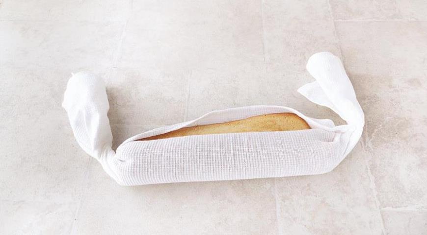 Нежный крем с ароматом апельсина, воздушный бисквит, а между ними взрывная клюква. Этот рулет понравится любителям ярких вкусов.