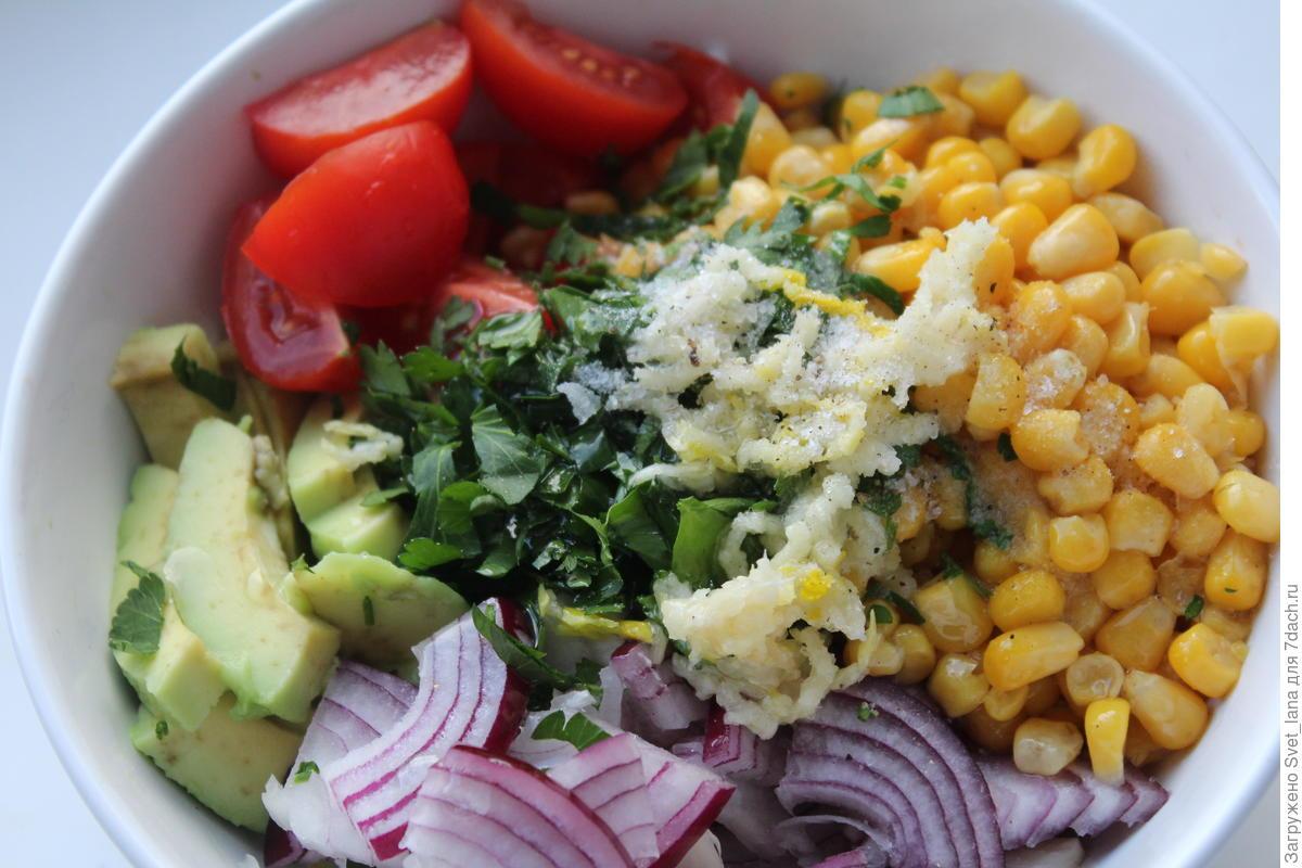 Ярко и вкусно: салат из авокадо, черри и кукурузы