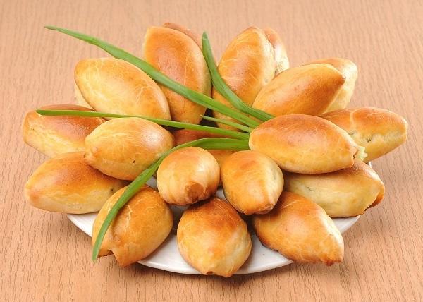 Пирожки с яйцом и зеленым луком - традиционная весенняя выпечка