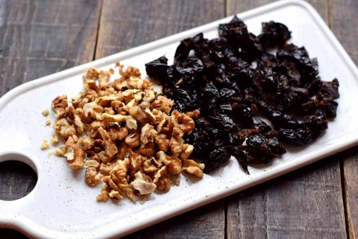 Десерт со сметаной, черносливом и орехами: рецепт супервкусного угощения