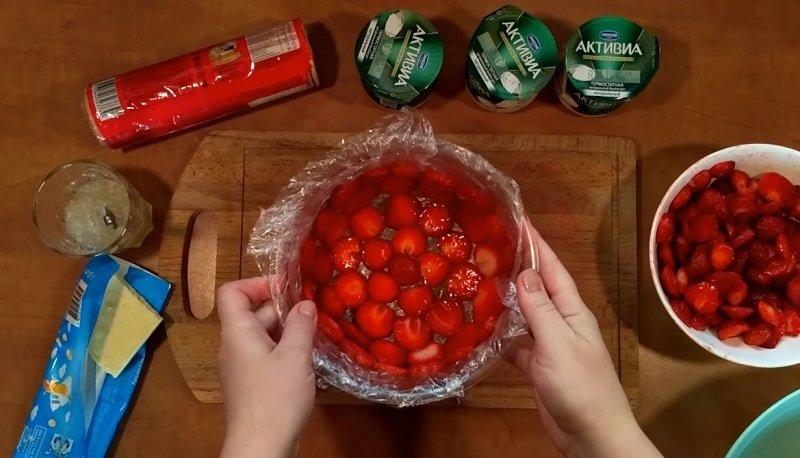 Десерт «Привезла с дачи корзину клубники» без выпечки