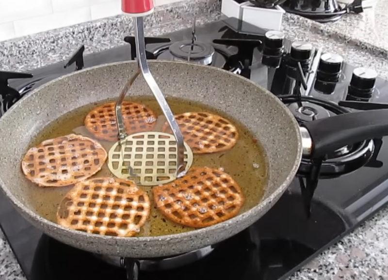 Хрустящий десерт, приготовленный с помощью картофельной толкушки