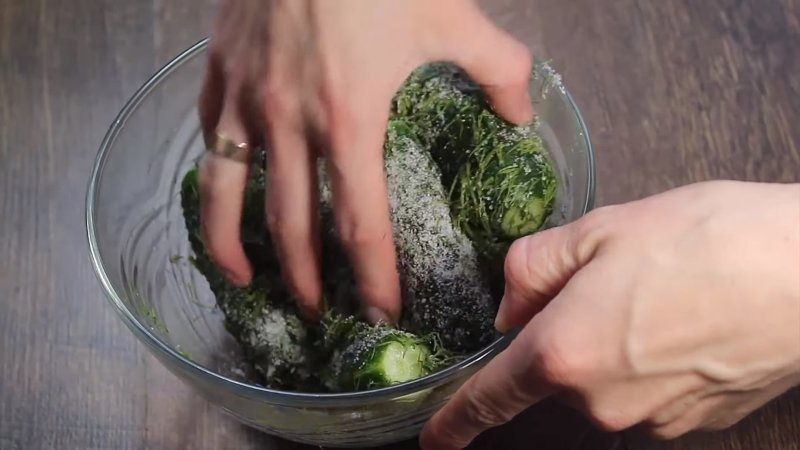 Как приготовить малосольные огурцы за один час