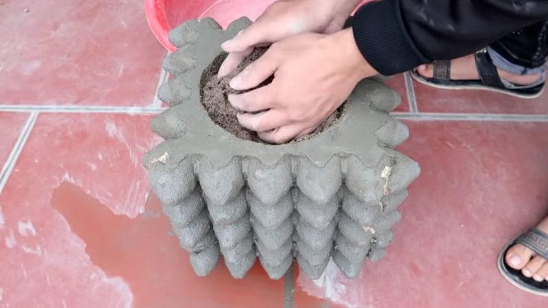 Необычный цветочный горшок для сада из цемента и лотка для яиц