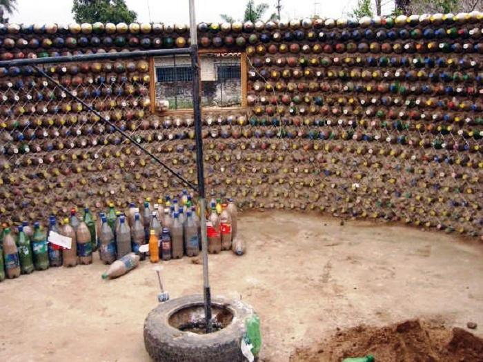 В лагере для беженцев парень построил собственный дом из пластиковых бутылок, чтобы не ютиться в мрачной палатке
