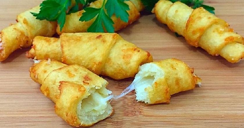 Чудесные картофельные рогалики с тягучей начинкой: невероятно простой рецепт